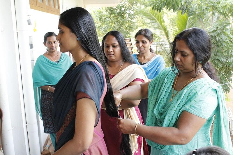 ക്യാന്സര് രോഗികള്ക്ക് വിഗ്ഗ് നിര്മ്മിക്കുന്നതിനായി കേശദാനം നടത്തി പാറെക്കാട്ടുകരയിലെ യുവതികള് മാതൃകയായി